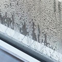 ドアの隙間や窓のサッシから水が漏れている