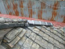 丸瓦を剥がしてみると やっぱり中の土は粉状でした