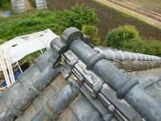 鬼瓦の防水漆喰が落ちています