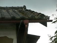 袖瓦と下り丸瓦が崩れています