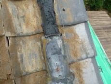 南蛮漆喰とシリコンで下り丸瓦を取り付けているところです