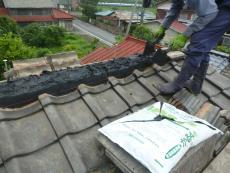 屋根モルタルを置きのし瓦を積み上げるところです。