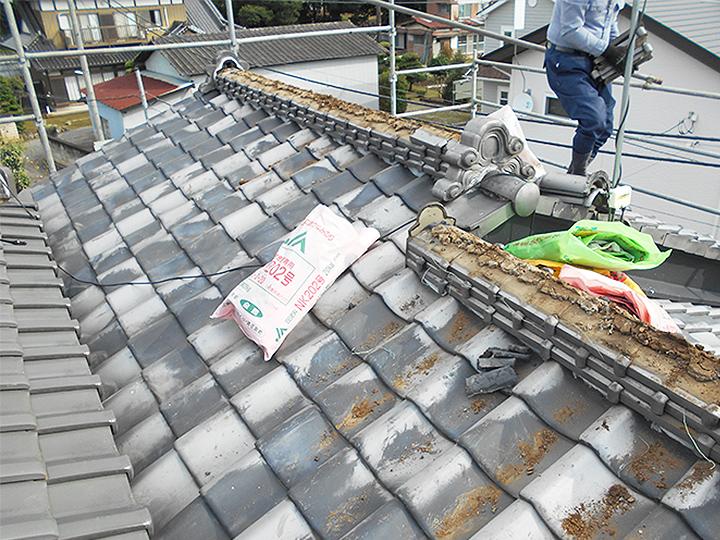 屋根が2つに分かれており、それぞれ別の種類の瓦でした。