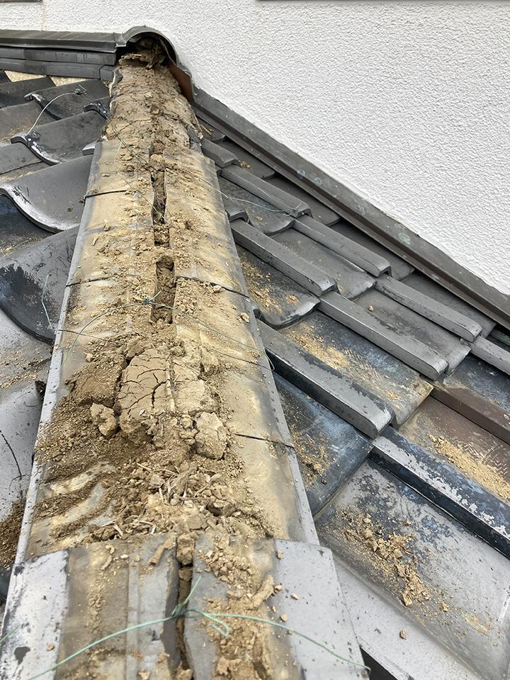 昔は粘土を使って施工していました。 今は土が乾燥して、強度が足らない状態です。