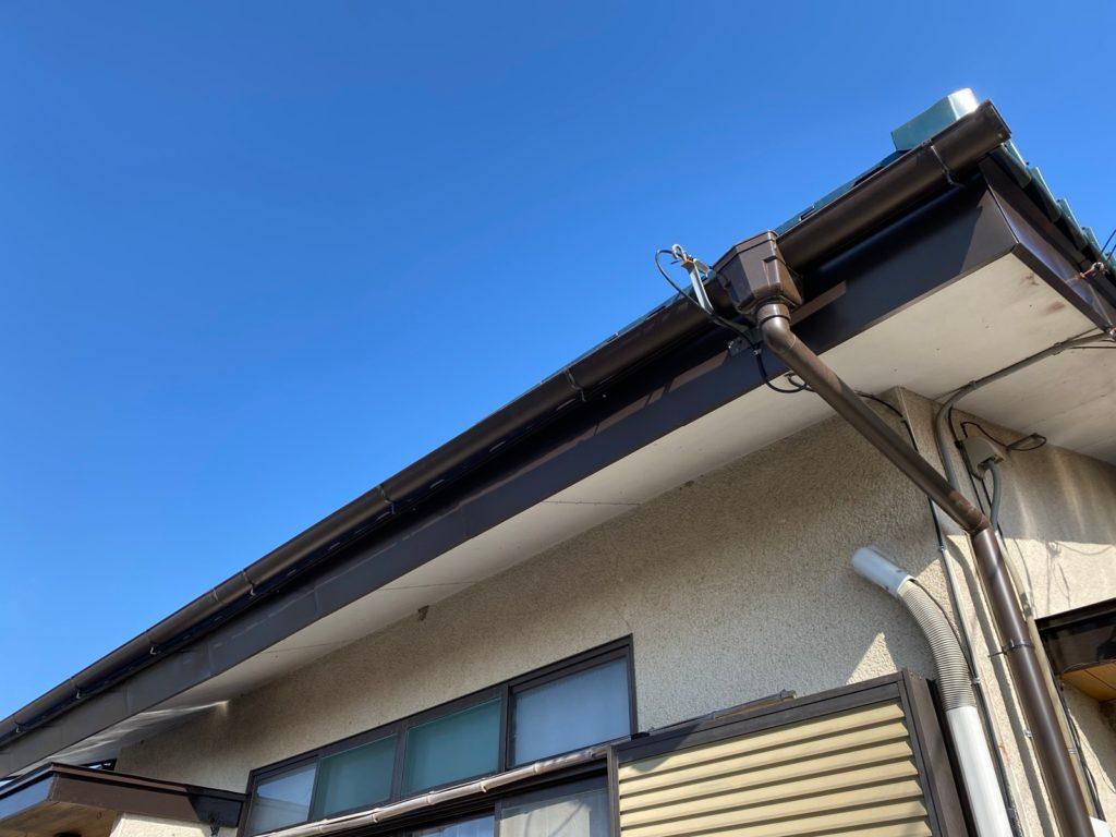 交換後の雨樋と破風板の板金加工です。