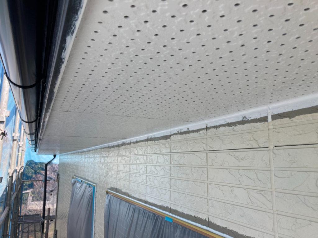 軒天を塗っているところです。