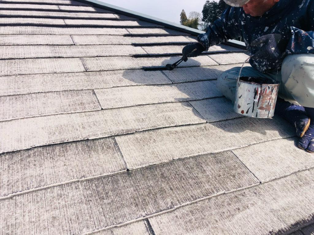 シーラーレスの塗料を使用して、屋根の細かい部分を先に塗っていきます。