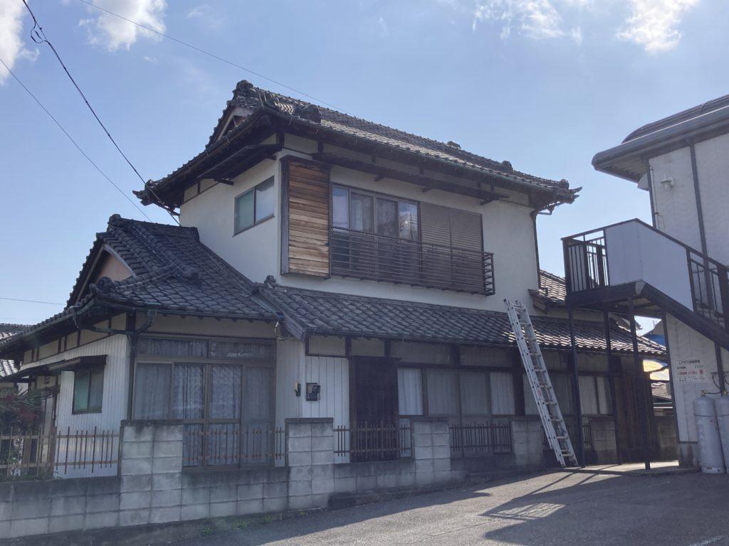 少しわかりにくいですが、葺き替える前の全体像です。栃木県産のいぶし瓦が使用されていました。