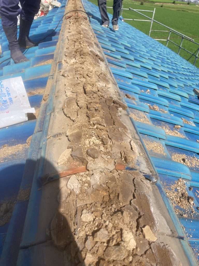 屋根土が劣化して強度が下がっている状態でした。