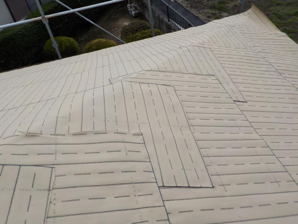 ルーフィングを張りました。寄棟で隅棟からの雨漏りもひどかったので、重ね張りを強化しました。