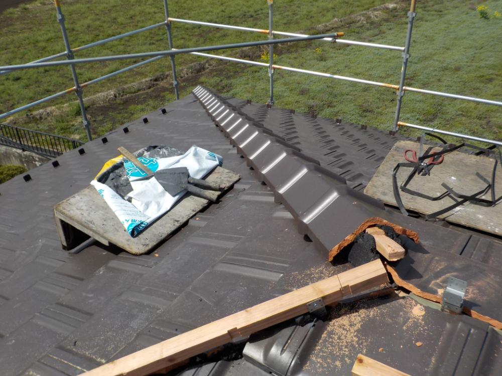 南蛮漆喰を使って、棟瓦を施工しています。